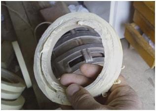 Разрезать малярную клейкую ленту на полоски вручную